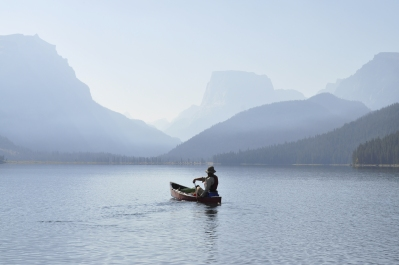 Breaking in the trip with a paddle on Green River Lakes, Mount Squaretop in the background
